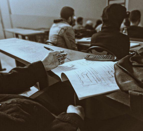 Zalety oraz wady kursów językowych dla dzieci i młodzieży.